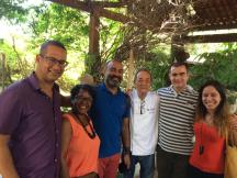 Com os Professores Alex leite (à esquerda), Valnice Paiva, Claudio Xavier, o Beto Pimentel, Chef do restaurante Paraíso Tropical em Salvador, e a professora Lidiane Pinheiro. Fonte: Claudio X.