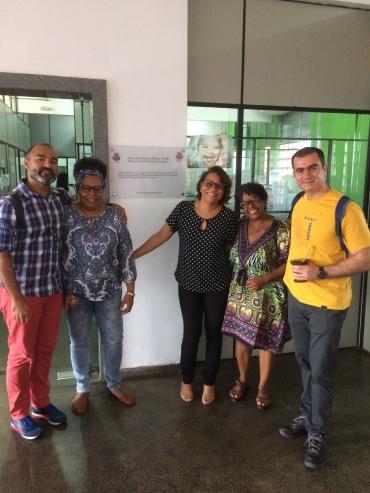 Com os Professores Claudio Xavier (à esquerda), Zilda Paim, Cláudia Aragão, Valnice Paiva na UNEB em Salvador (Bahia). Fonte: Cláudia A.